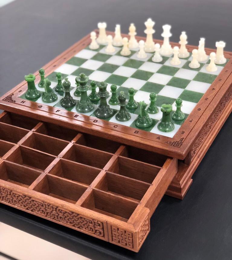 Шахматная доска с нефритовыми фигурами